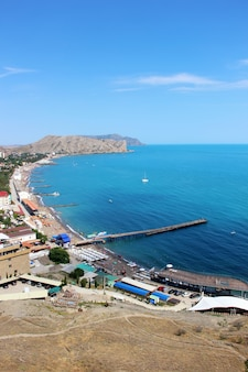 A cidade de praia de sudak na crimeia, a vista do topo da montanha.
