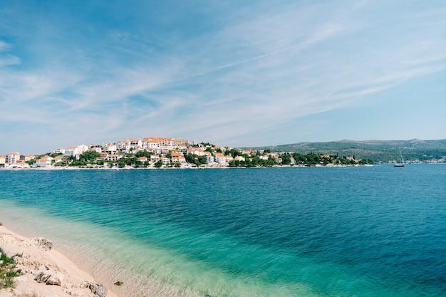A cidade de rogoznica, na croácia. villas, hotéis e casas na costa do adriático