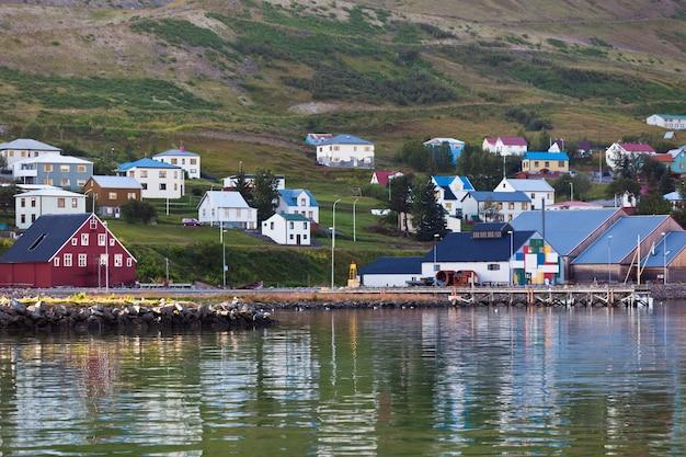 A cidade de siglufjordur, parte norte da islândia. tiro horizontal