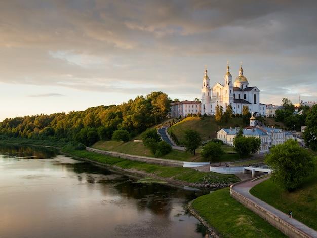 A cidade de vitebsk e o rio dvina ao pôr do sol