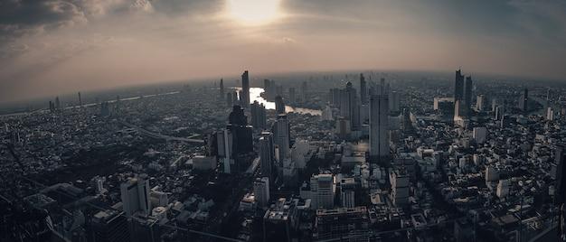 A cidade metropolitana é cercada por fumaça de poeira e poluição bangkok tailândia