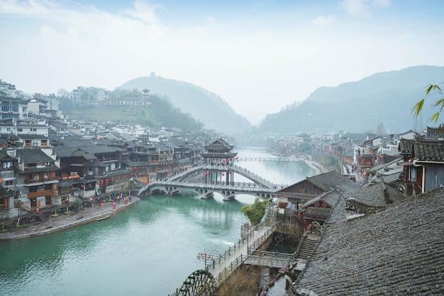 A cidade velha da china tem rios fluindo pela manhã