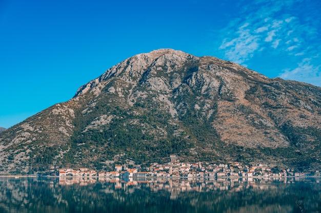 A cidade velha de perast na costa da baía de kotor montenegro th
