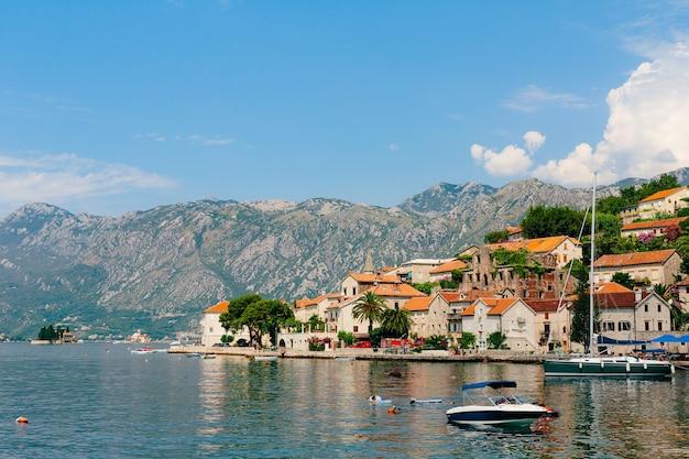 A cidade velha de perast, na costa da baía de kotor, montenegro