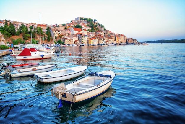 A cidade velha de sibenik na dalmácia, croácia.