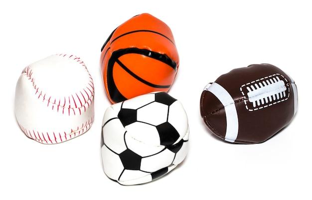 A coleção de bola de esporte com futebol, rugby, beisebol e basquete em um fundo branco.
