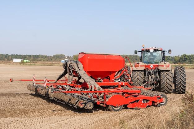 A colheitadeira trator trabalhando no campo