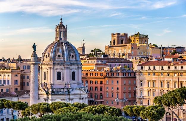 A coluna de trajano e a igreja do santíssimo nome di maria al foro traiano em roma