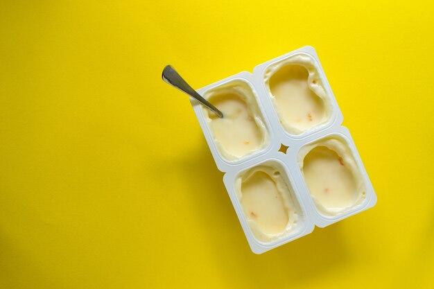 A comida é minimalista em estilo. conceito de comida mínima. iogurte em uma xícara.