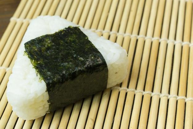 A comida japonesa onigiri