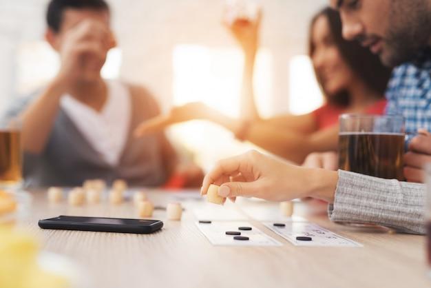 A companhia de jovens está jogando em loteria russa