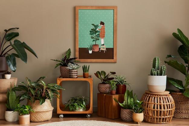 A composição botânica elegante do interior do jardim doméstico com moldura de madeira para pôster, cheia de belas plantas caseiras, cactos, suculentas em vasos de design diferente e acessórios florais