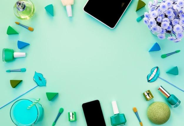 A composição de um conjunto de acessórios femininos, coquetel de presente de itens cosméticos.