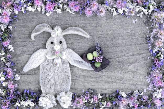 A composição do coelho das folhas da flor