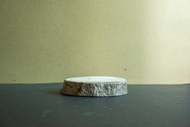 A composição exibe o produto. madeira velha em um fundo de papel pardo