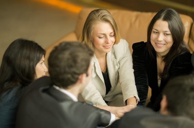 A conferência de empresários cruzando as mãos e levantando-os