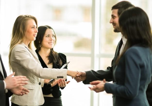 A conferência de empresários fechando um negócio muito importante para a empresa