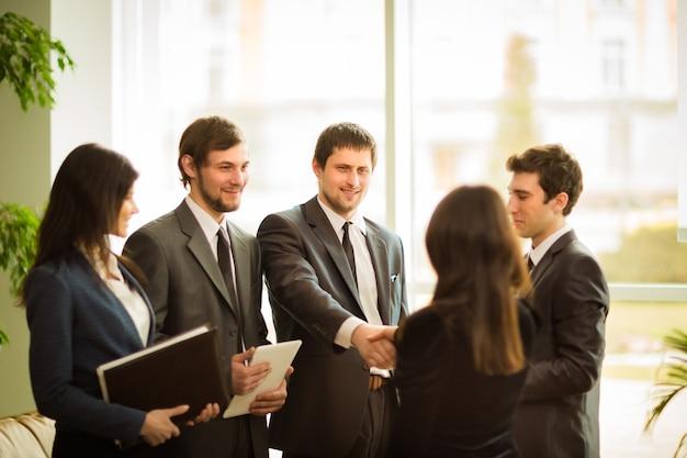 A conferência de empresários. fechando um negócio muito importante para a empresa.