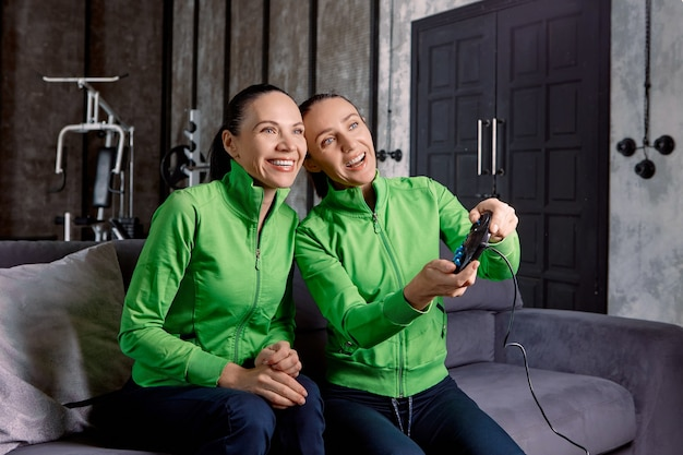 A consola de jogos para desportos desportivos de treino, ou desporto cibernético, é utilizada por equipas femininas durante o treino em casa.