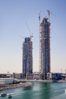 A construção de arranha-céus em dubai