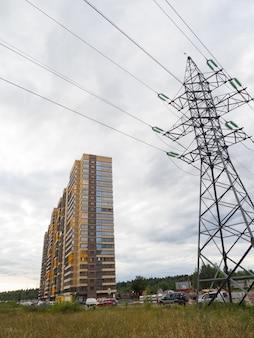 A construção de um edifício moderno. novos edifícios na periferia da cidade.