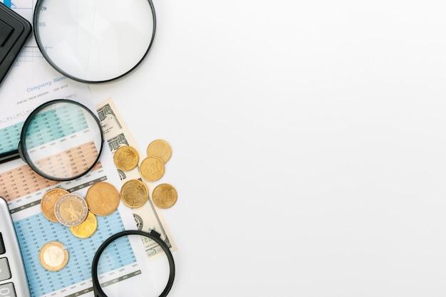 A contabilidade financeira do negócio do escritório da mesa calcula