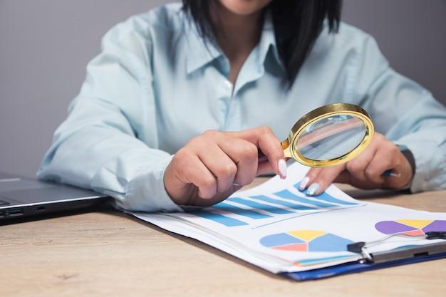 A contagem de empresária examina os dados no escritório