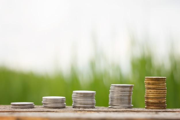 A contribuição comercial das moedas no fundo de madeira,