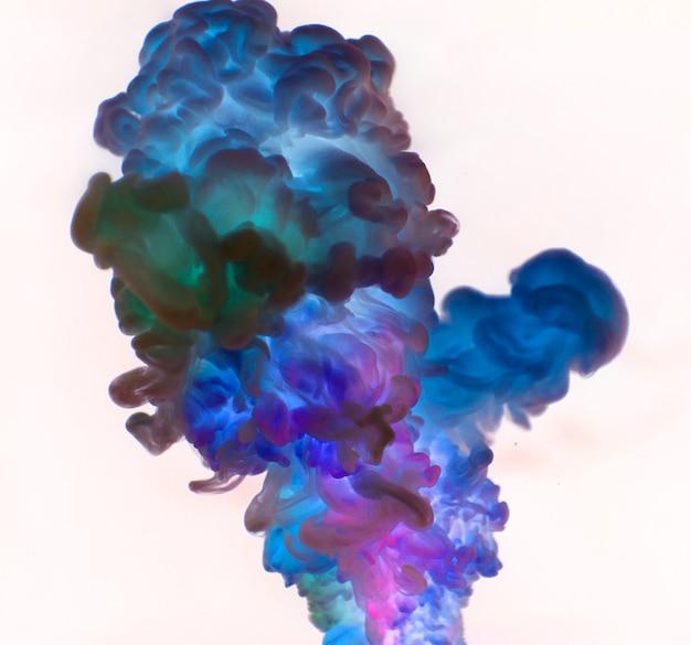 A cor azul abstrata cai na água