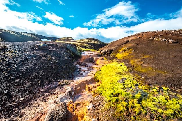 A cor contrasta na caminhada de 4 dias de landmannalaugar. islândia