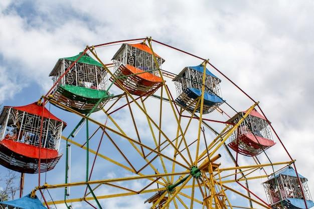 A cor da roda gigante no parque de diversões