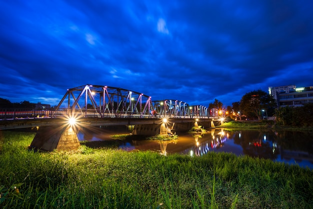 A cor das luzes na ponte do ferro no tempo do twlight em chiang mai, tailândia.