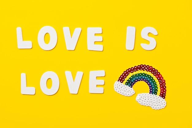 A cor do arco-íris listra o símbolo do orgulho alegre de lgbt. espaço da cópia