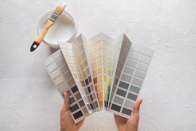 A cor do esmalte em suas mãos. a escolha da cor da tinta para as paredes.