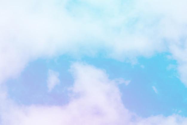 A cor pastel doce coloriu a nuvem e o céu com luz do sol, brandamente nebuloso com fundo da cor pastel do inclinação.