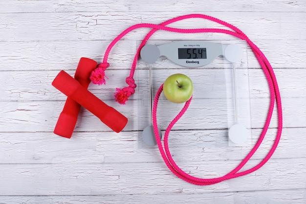 A corda, bar, peso e maçã são para ginástica