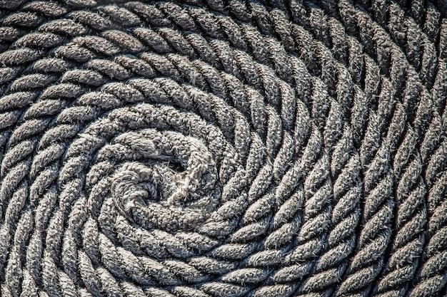 A corda para o barco colocado sob a forma de um fundo em espiral