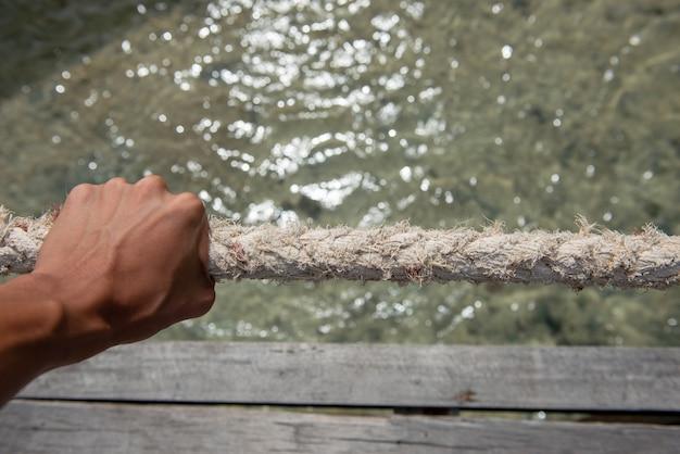 A corda segura essa guia e retém a água.