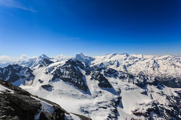 A cordilheira de montanhas de neve