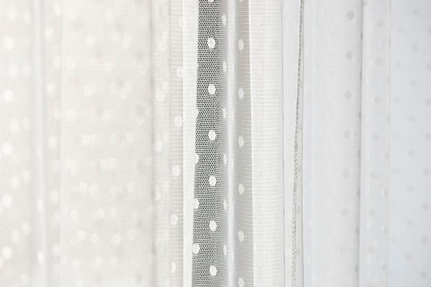 A cortina branca macia na janela