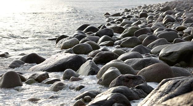 A costa, com rochedos de pedra. mar de barents, rússia.