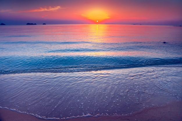 A costa de areia e o oceano. pôr do sol. tailândia