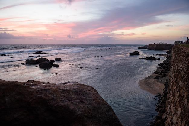 A costa do forte em galle, sri lanka ondas agradáveis entre as rochas