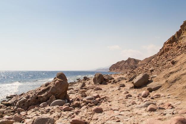 A costa do mar vermelho e as montanhas ao fundo. egito, península do sinai.