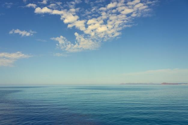 A costa do mediterrâneo na ilha de creta em kolimbari.