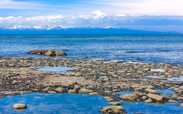 A costa do oceano pacífico na maré baixa,
