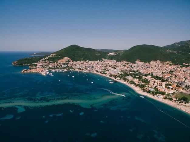 A costa e a linha de praia da cidade de budva, em montenegro, a cidade na costa do adriático longa