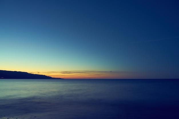 A costa mediterrânea de creta desce em névoa no horizonte. copie o espaço.