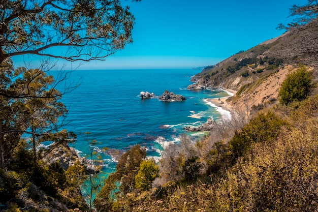 A costa próxima a cascade mcway, califórnia. estados unidos