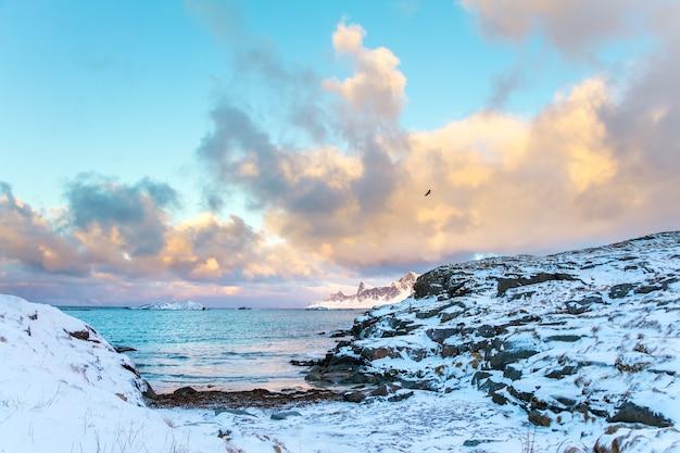 A costa rochosa está coberta de neve